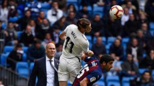 Bale intenta cabecear ante Cote