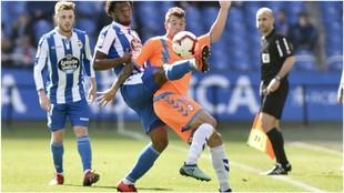 Aitor Ruibal lucha con Didier Moreno hacerse con el balón