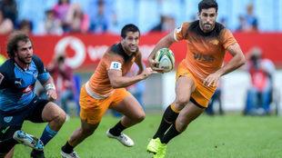 Jerónimo de La Fuente corre con el balón durante el partido entre...