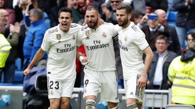 Reguilón celebra uno de los goles de Benzema.