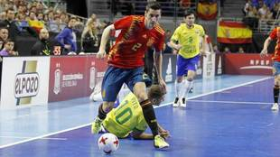 Ortiz se lleva el balón en un partido ante Brasil.