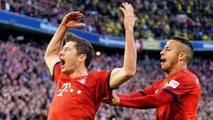 Lewandowski y Thiago celebran el 2-0.