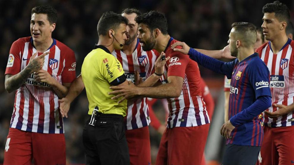 Diego Costa protestas su decisión a Gil Manzano.