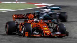 Vettel, a punto de ser adelantado por Hamilton en el GP de Bahréin.