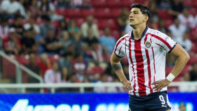 Alan Pulido se lamenta en el partido de Chivas ante Lobos