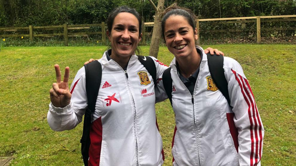 Silvia Meseguer y Marta Torrejón saludan a su llegada a Swindon.