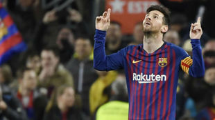 Messi señala al cielo tras el segundo gol al Atlético de Madrid.