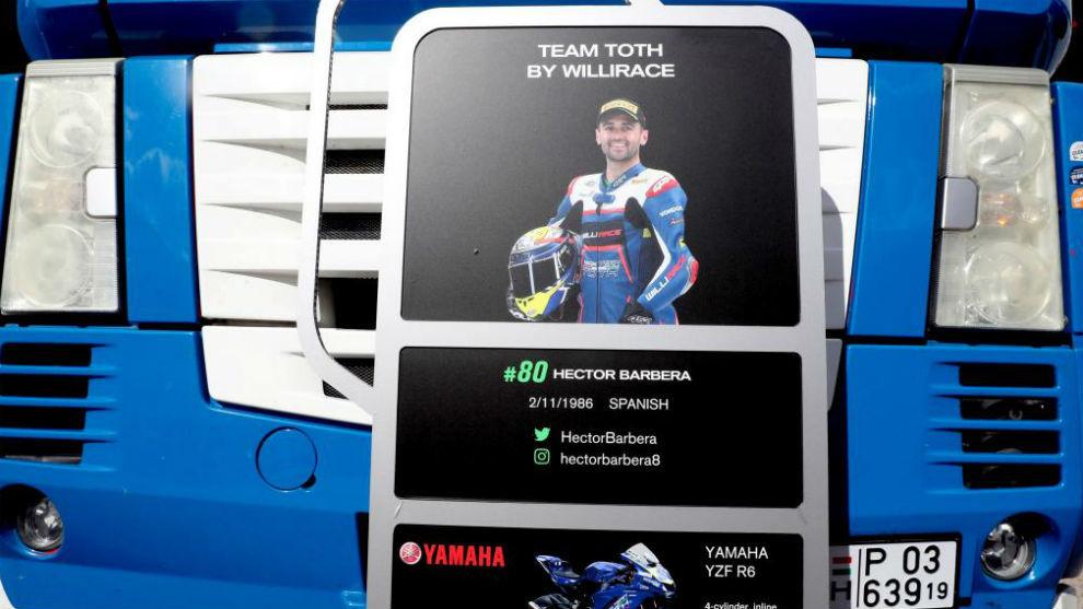 El camión del equipo Toth, con la foto de Héctor Barberá.