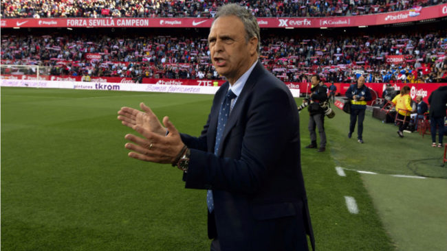 Joaquín Caparrós aplaude y canta en el Sánchez-Pizjuán.