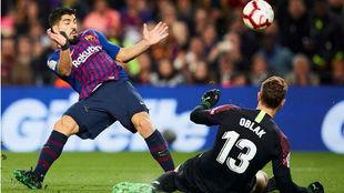 Oblak gana el mano a mano a Luis Suárez.