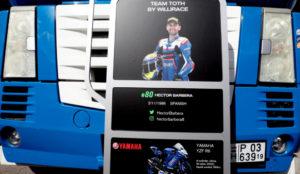 Un panel con la imagen de Barberá y su moto.