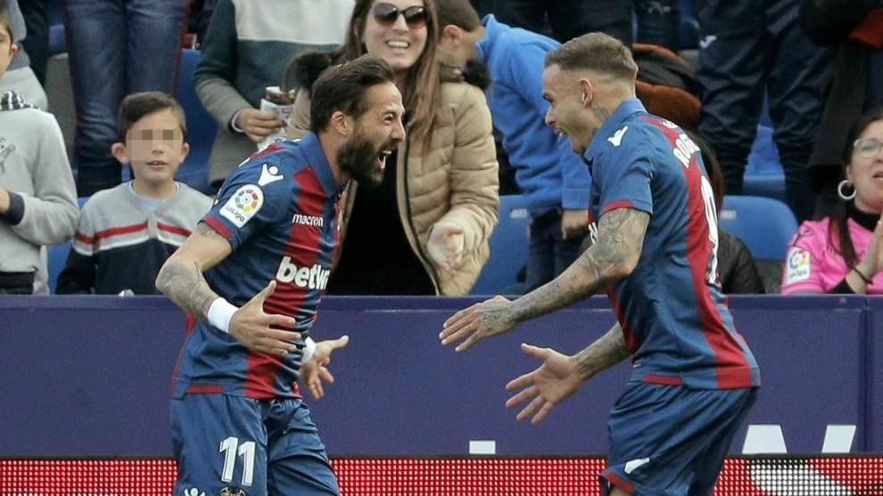 Roger celebra con Morales el primer gol marcado ante el Huesca.