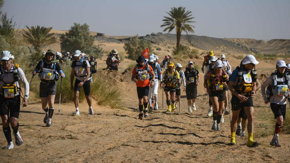 Muchos corredores, en la segunda etapa por el Sahara marroquí, en la...