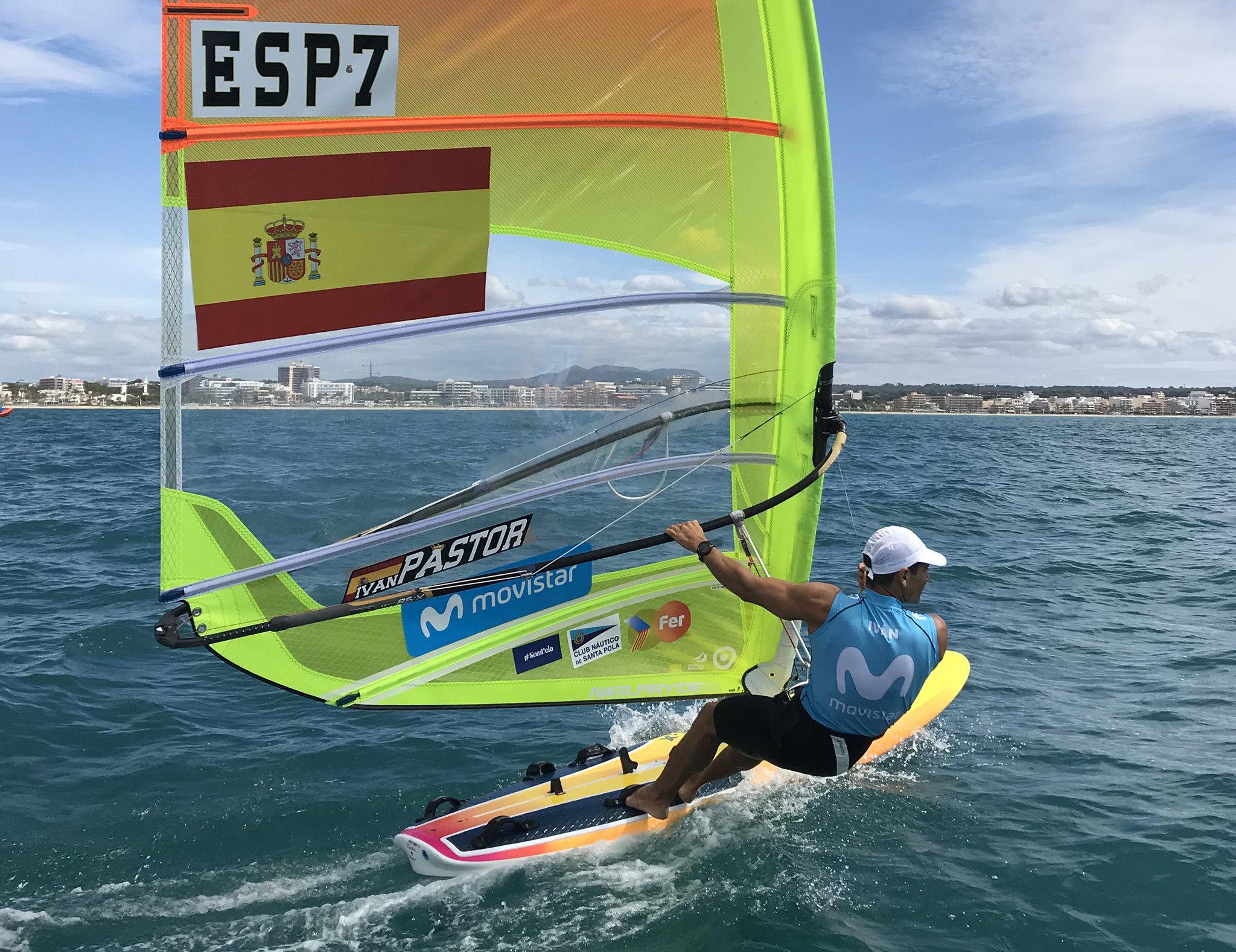 El windsurfista Movistar entrenando en aguas de Palma.