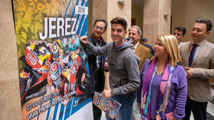 El piloto gaditano de Moto3 Marcos Ramiréz firmando el cartel oficial...