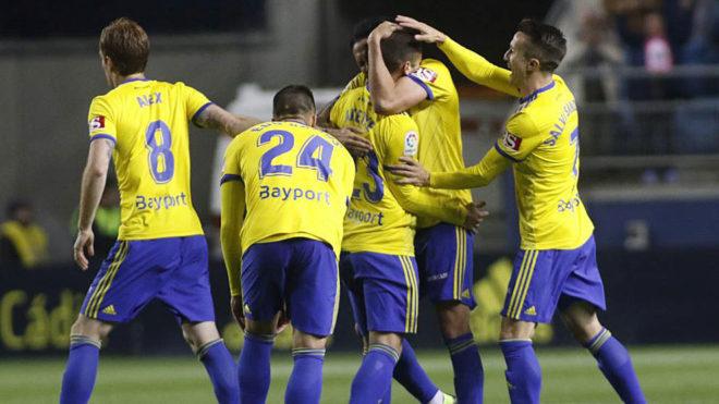 Los jugadores del Cádiz celebran el gol de Aketxe ante el Zaragoza.