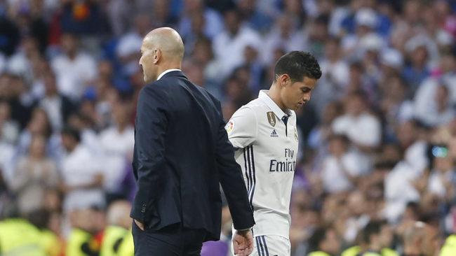 James y Zidane, durante un partido en la etapa del colombiano en el...