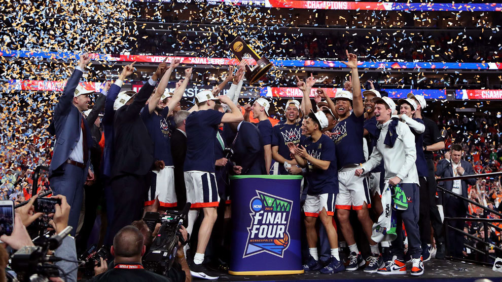 Los jugadores de Virginia celebran su primer título universitario