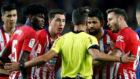 Diego Costa protesta su expulsión en el Camp Nou junto a Saúl,...