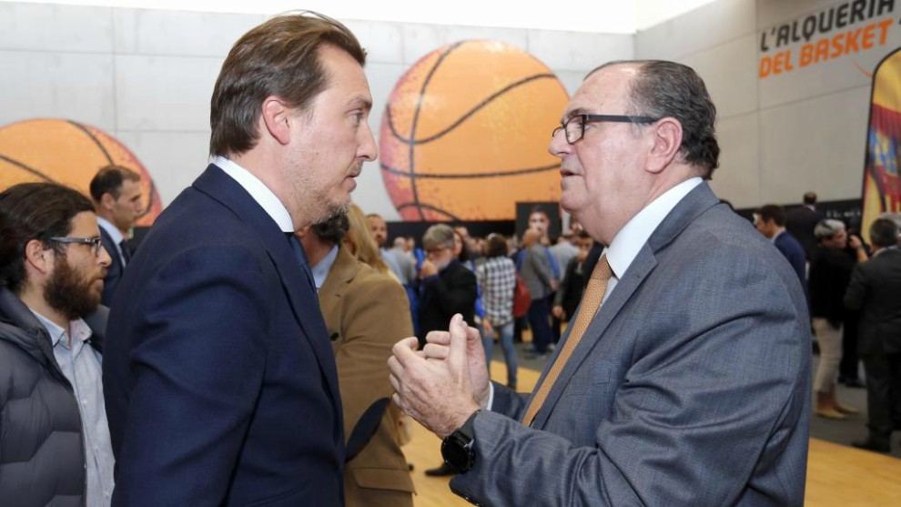 Quico Catalán habla con el presidente del Valencia Basket, Vicente...