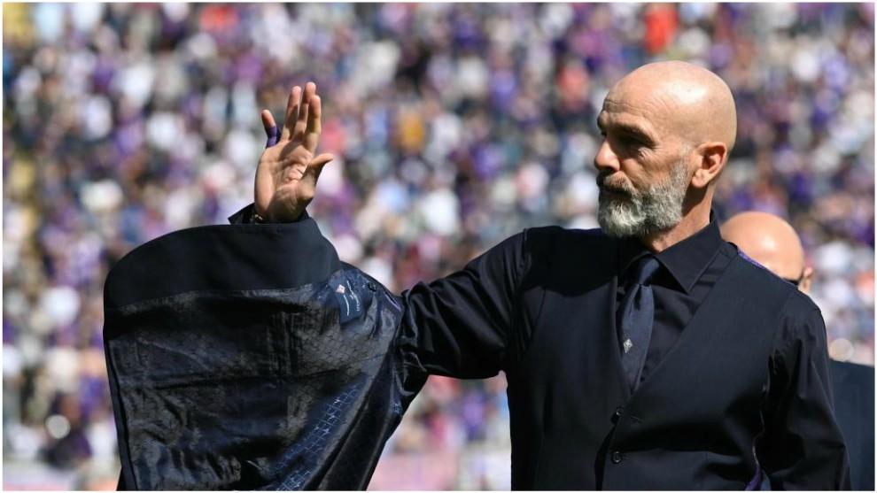 Pioli saluda al público en el partido contra el Torino.