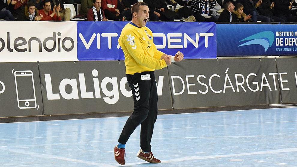 El guardameta Samu Ibáñez durante un partido con el Sinfín /