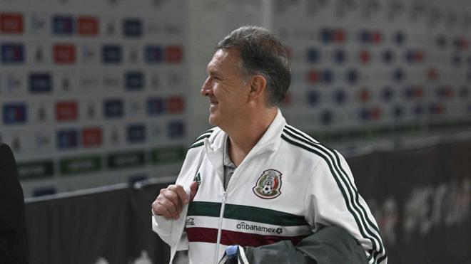 Gerardo camina sonriente/
