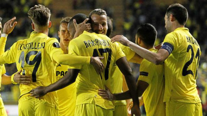 Los jugadores amarillos celebran un gol en los cuartos de final de...