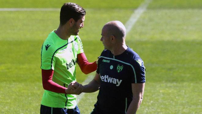 Campaña saluda a Paco López durante un entrenamiento.