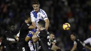 Jorge Sáenz busca el remate en el partido ante el Málaga
