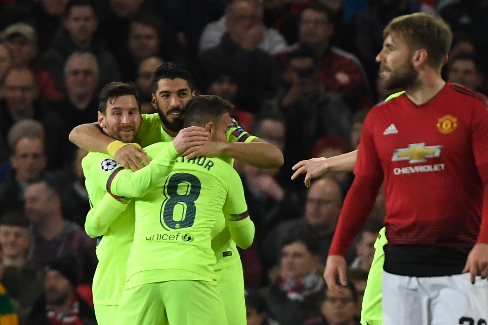 Messi, Suárez y Arthur celebran el 0-1 del Barcelona con Shaw en...