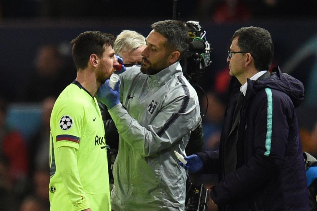 Messi, atendido por los servicios médicos del Barcelona en Old...