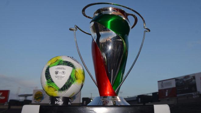 El trofeo y balón de la Liga MX durante el día de medios