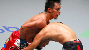 Martin Nguyen doblega a su oponente en un combate.