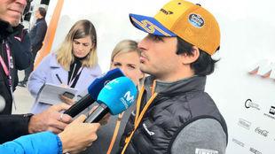 Sainz, esta mañana en el 'paddock' del circuito de...