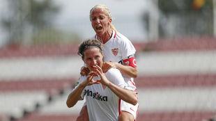 Alicia Fuentes celebra un gol del Sevilla con Jenni Morilla.