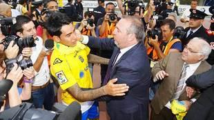 El presidente Ramírez saluda a Sergio Araujo tras el último ascenso...