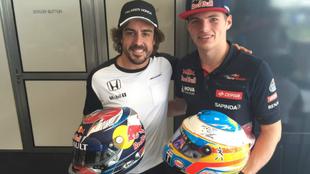 El intercambio de cascos entre Alonso y Verstappen.
