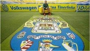 David Timor posa para MARCA delante del escudo de Las Palmas