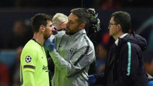Messi es atendido en Old Trafford