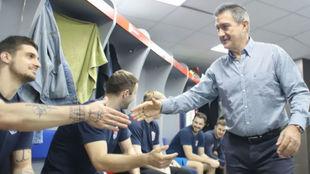 El técnico español Manolo Cadenas saluda a los jugadores del Meshkov...