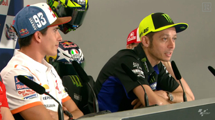 Rossi habla del apretón de manos ante la atenta mirada de Márquez.
