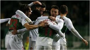 Iván Sánchez, tras marcar un ol, es abrazado por Josan
