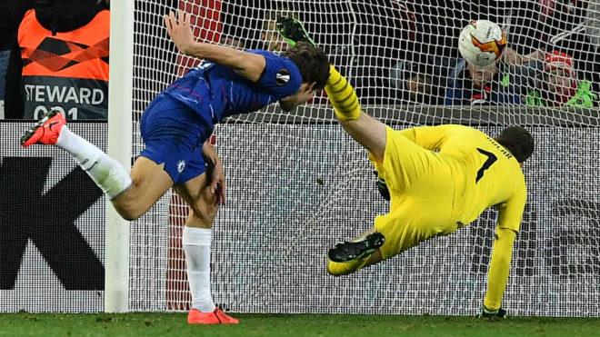 Marcos Alonso anota el gol del Chelsea ante el Slavia de Praga