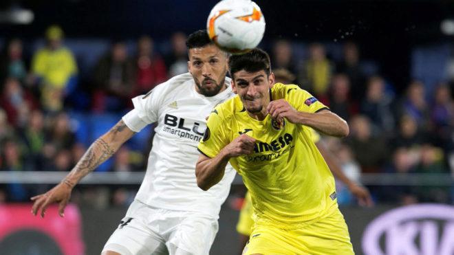 Gerard Moreno pelea por un balón con Garay.