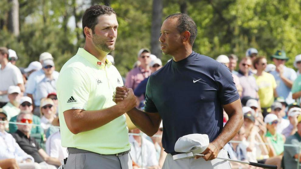Jon Rahm y Tiger Woods se saludan a la conclusión de su partido.