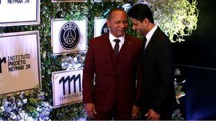 El padre de Neymar junto a Al-Khelaïfi.