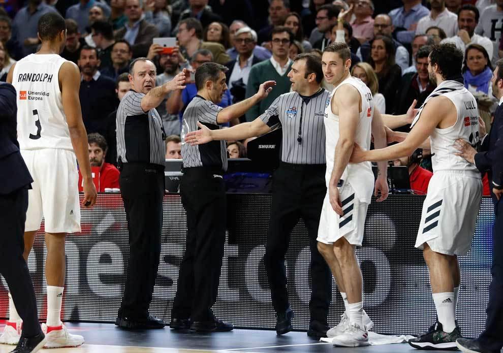 Los árbitros revisando el 'Instant Replay' en la Final de la Copa ACB...