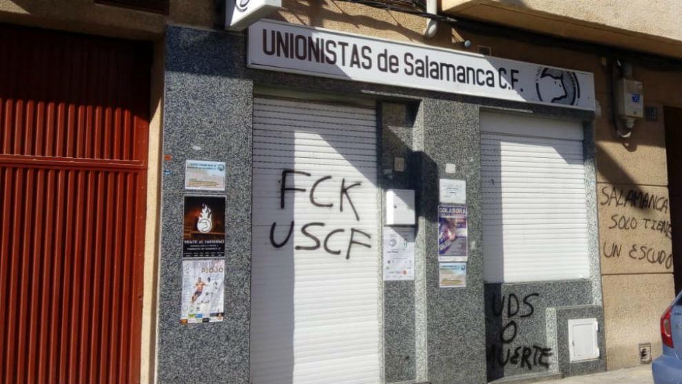 Fachada de la sede de Unionistas, repleta de pintadas.