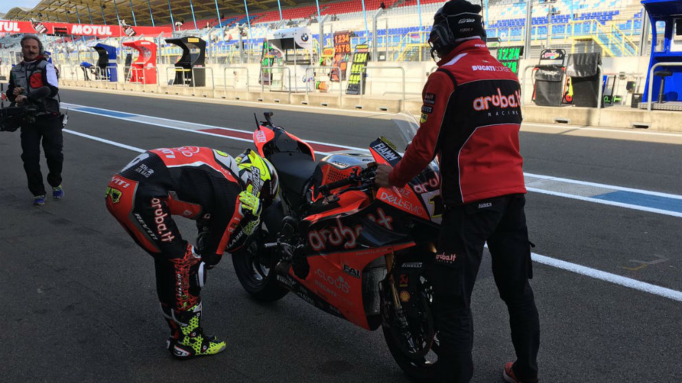 Bautista mira su Ducati en Assen.